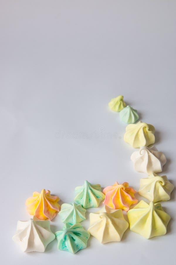 Meringues colorées par meringue colorée beaucoup bonbon différent photographie stock libre de droits