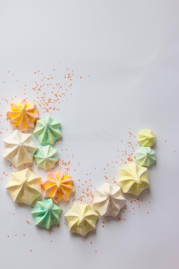 Meringues colorées par meringue colorée beaucoup bonbon différent images stock