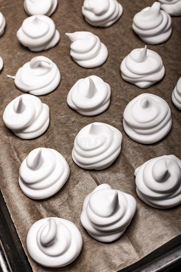 Meringues sur le papier de support étroitement  photographie stock
