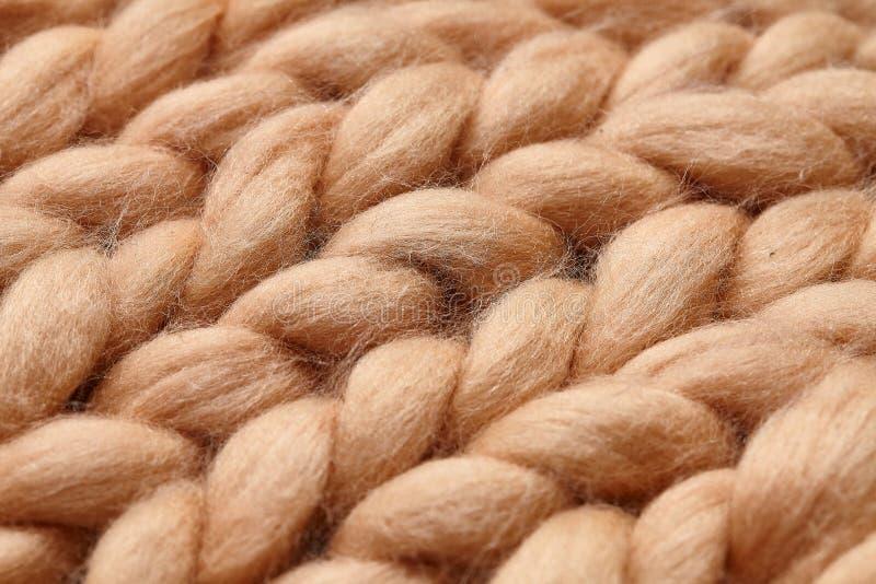 Merinoswol met de hand gemaakt gebreid groot algemeen, super ruig garen, in concept Close-up van gebreide algemene, merinoswolach stock afbeeldingen