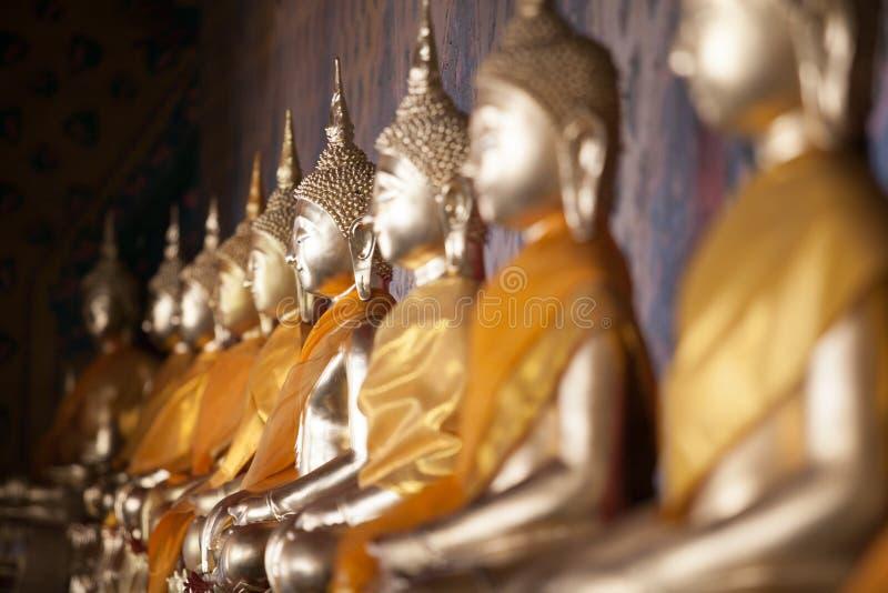 Merito dorato del tempio delle statue di Buddha immagine stock libera da diritti