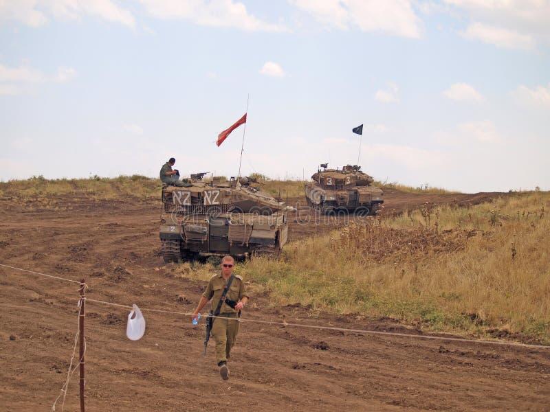 Merkavatanks en Israëlische militairen in opleidings gepantserde krachten stock afbeeldingen