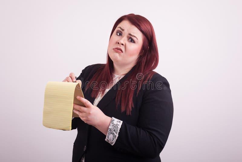 Merken Sie das Nehmen des administrativen jungen professionellen weiblichen tragenden Anzugs lizenzfreies stockfoto