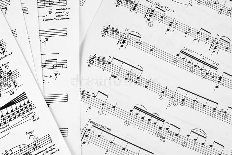 Merkt die Noten, die Spielgitarrenarpeggioklaviersaxophonharfenviolinencellobass-Oboeflötenorchesterpartitur-Leiterchor lernen stockbild