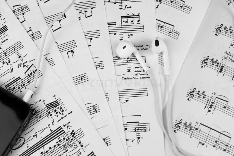 Merkt die Noten, die Spielgitarrenarpeggioklaviersaxophonharfenviolinencellobass-Oboeflötenorchesterpartitur-Leiterchor lernen stockfotos