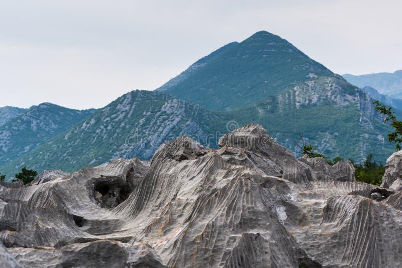 Merkwürdige Höhlen, die wie ausländische Höhlen in den Felsen aussehen lizenzfreies stockfoto