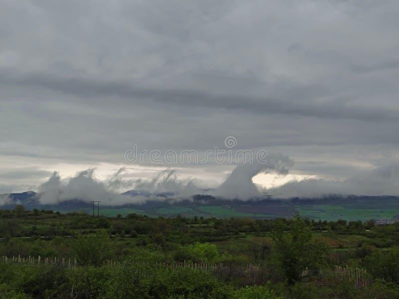 Merkwürdige Wolken über der Landschaft lizenzfreie stockfotografie