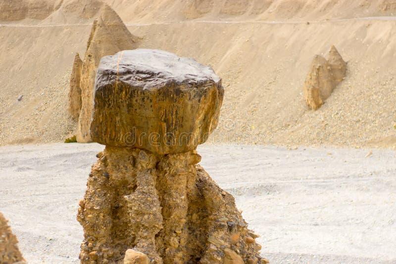 Merkwürdige Zahlen gebildet vom Sand in den Bergen lizenzfreies stockbild
