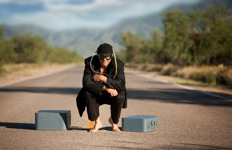 Merkwürdiger eingeborener Mann mitten in einer Straße stockbilder