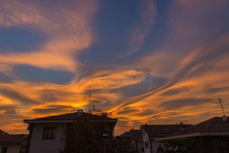 Merkwürdiger Himmel über meiner Stadt stockbild