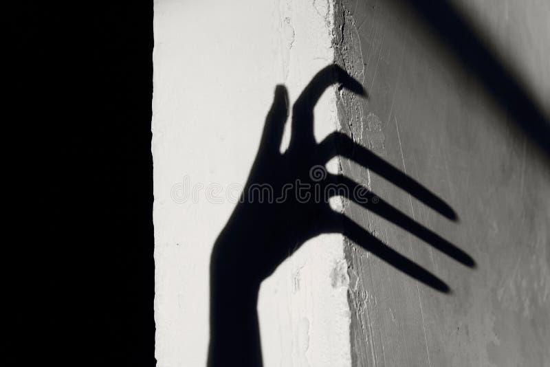 Merkwürdiger Schatten auf der Wand Schrecklicher Schatten stockbilder