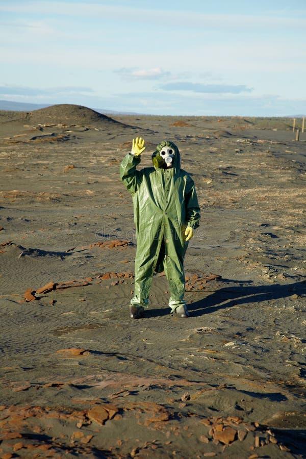 Merkwürdiger Wissenschaftler in den Gesamten und in den Gasmasken stockfotos