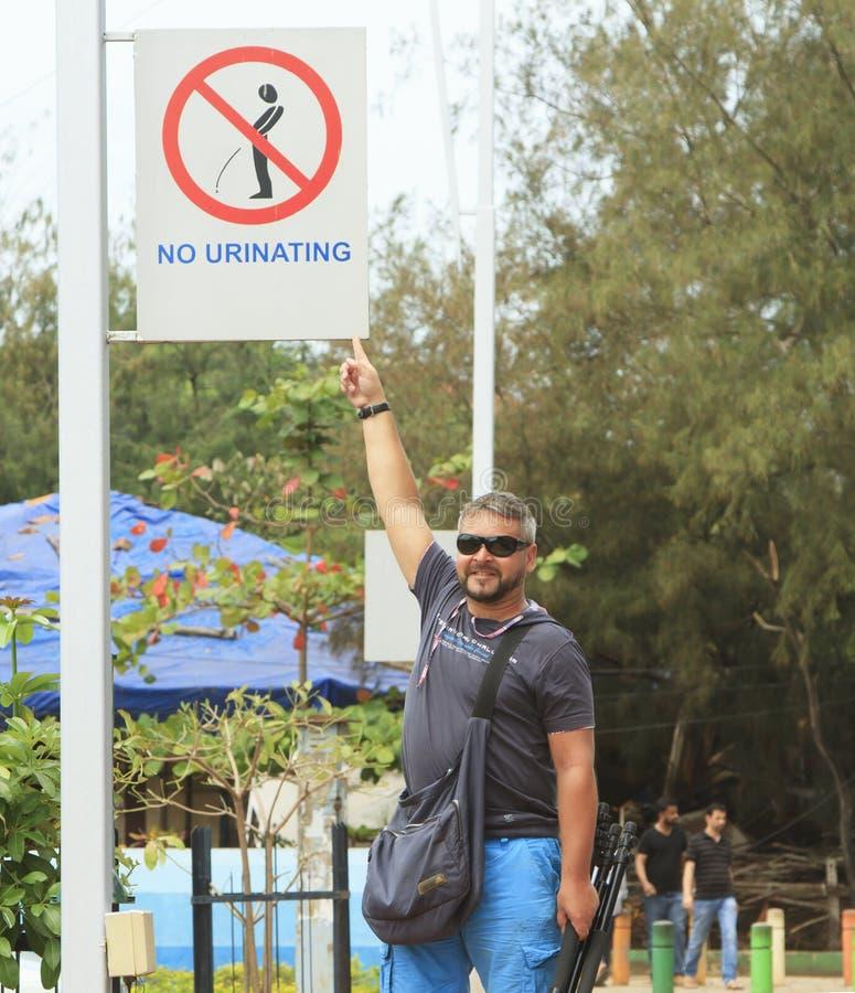 Merkwürdiges Straßenschild OM der Mannvertretung die Straße in Indien stockfotografie