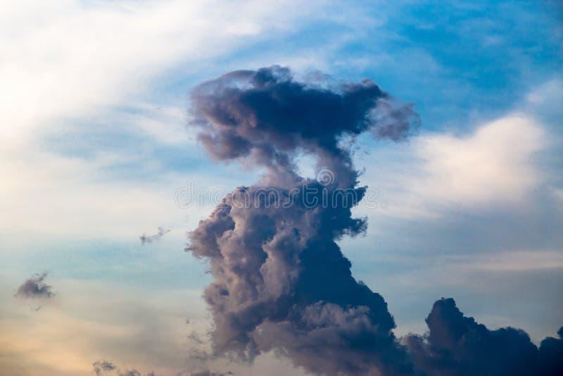 Merkwürdiges Wolkenaussehung wie eine ausländische Stellung stockfotos
