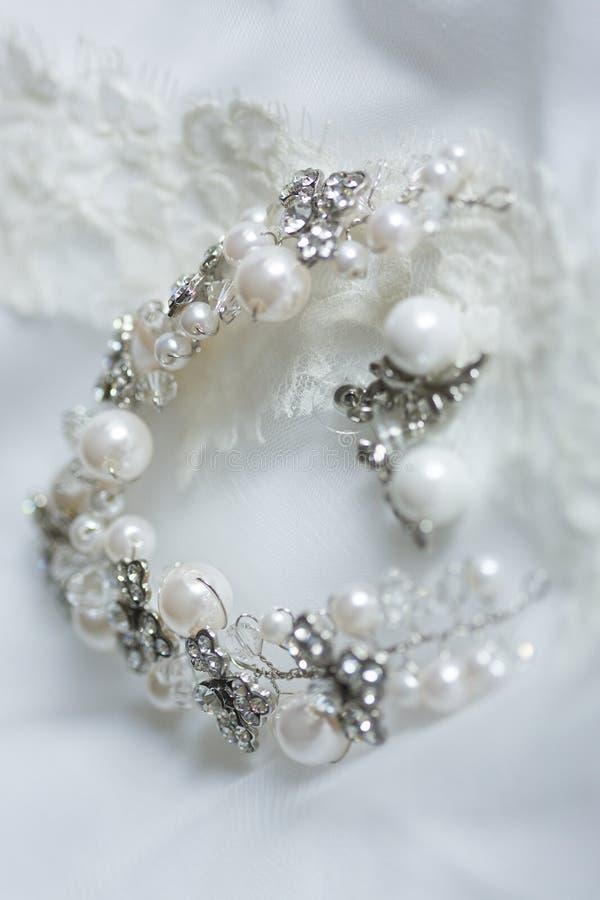 Merletti il velo di nozze della sposa e del braccialetto d'argento immagini stock libere da diritti