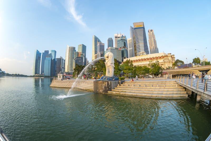 Merlion parkerar med gränsmärkebuldings i den Singapore staden, Singapore royaltyfria foton
