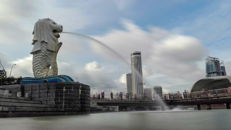 Merlion rozprzestrzenia silky wodę zdjęcie stock