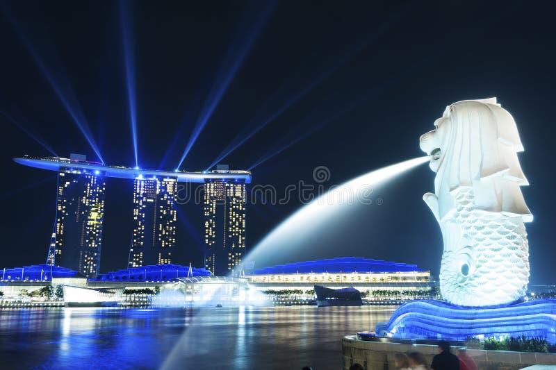 Merlion staty i Marinafjärd på natten arkivbilder