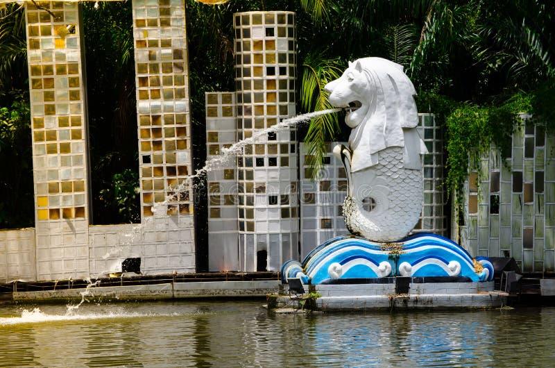 Merlionen är en inofficiell maskot av Singapore på miniatyren parkerar av Siam stadsgyckel parkerar royaltyfria bilder