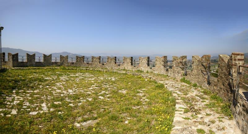 Merlons i trawa nad ramparts przy Sarzanello fortecą, Sarzana fotografia royalty free