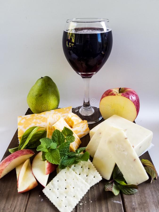 Merlot wino z serami i owoc zdjęcia stock