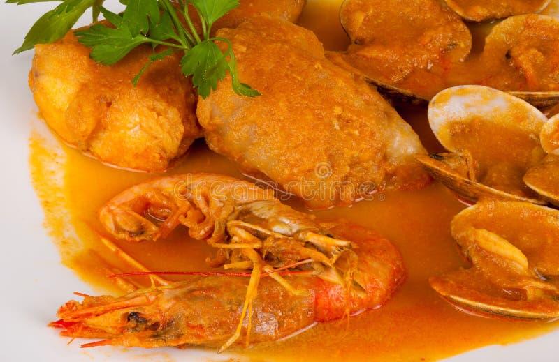 Merluches et fruits de mer en sauce à cidre images stock