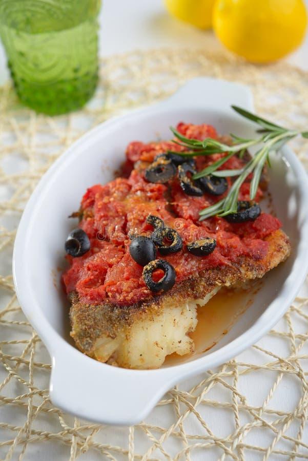 Merluzzo al forno sotto salsa al pomodoro fotografia stock