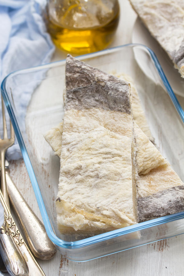 Merluzzo asciutto crudo salato sul piatto immagine stock libera da diritti