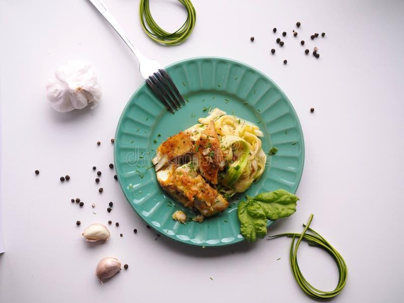 Merluzzo della cena di misura sul piatto delizioso e facile da fare, sano degli spaghetti dello zucchini, fotografie stock