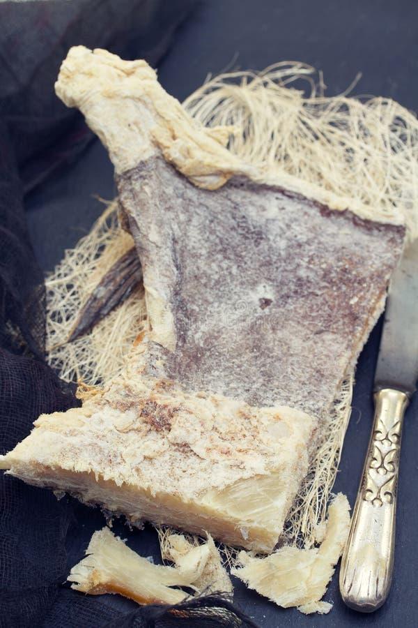 Merluzzo salato a secco su fondo di legno fotografie stock