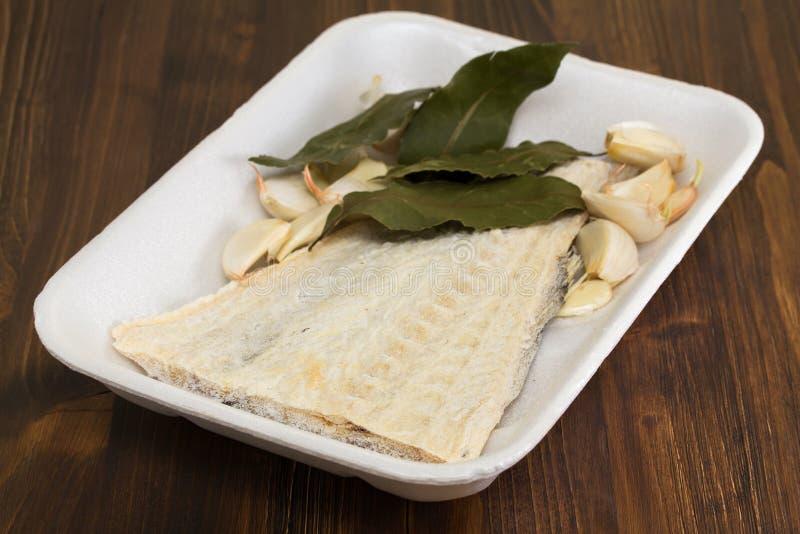 Merluzzo salato sul piatto bianco fotografia stock