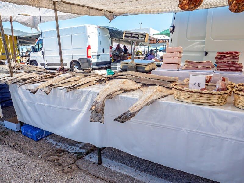 Merluzzo salato sulla vendita, mercato zingaresco di Estoi, Algarve, Portogallo immagine stock libera da diritti