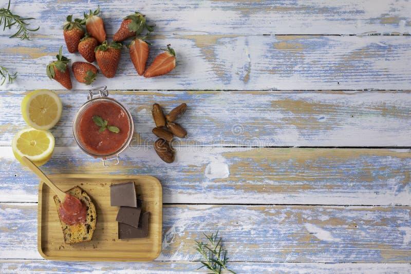 Mermelada de fresa con las fechas y la torta de zanahoria del plátano fotos de archivo