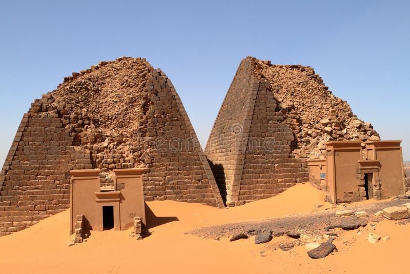 Meroe金字塔在苏丹的撒哈拉大沙漠 免版税库存图片