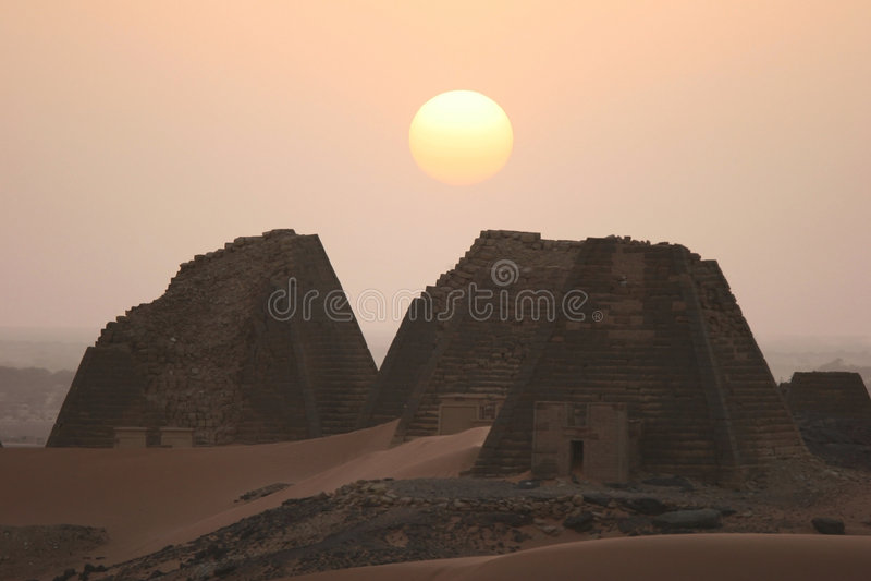 Meroe Pyramiden lizenzfreie stockfotos