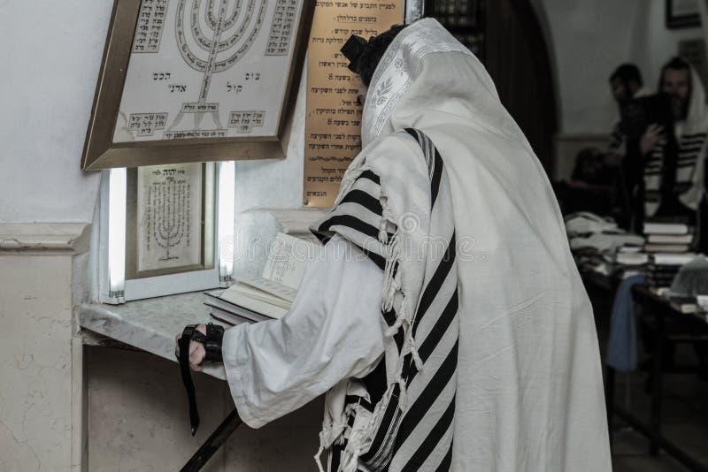 MERON, ИЗРАИЛЬ - 29-ое декабря 2015: Правоверные евреи pary в усыпальнице равина Shimon запирают Yochai, в Meron, Израиль Еврейск стоковая фотография