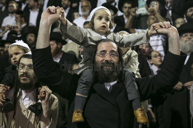 MERON, ISRAEL 26. MAI 2016: Ein nicht identifizierter entzückender Hasidic Junge freut sich auf den Schultern seiner Väter beim T lizenzfreie stockfotografie