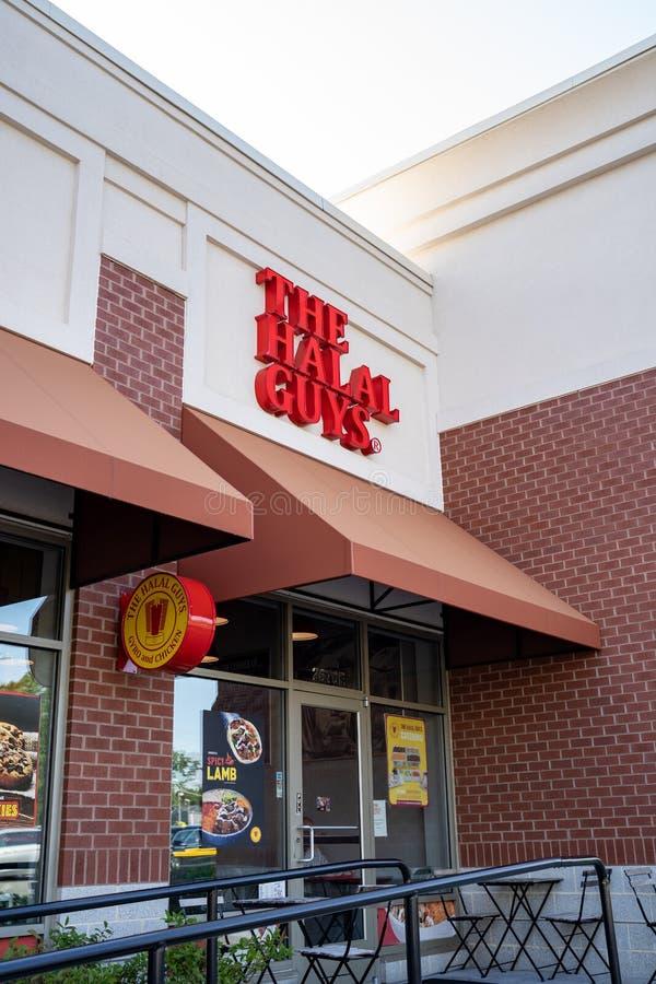 Merrifield, Virginia - 9 de agosto de 2019: Exterior do restaurante Halal Guys no distrito de Mosaico imagem de stock royalty free