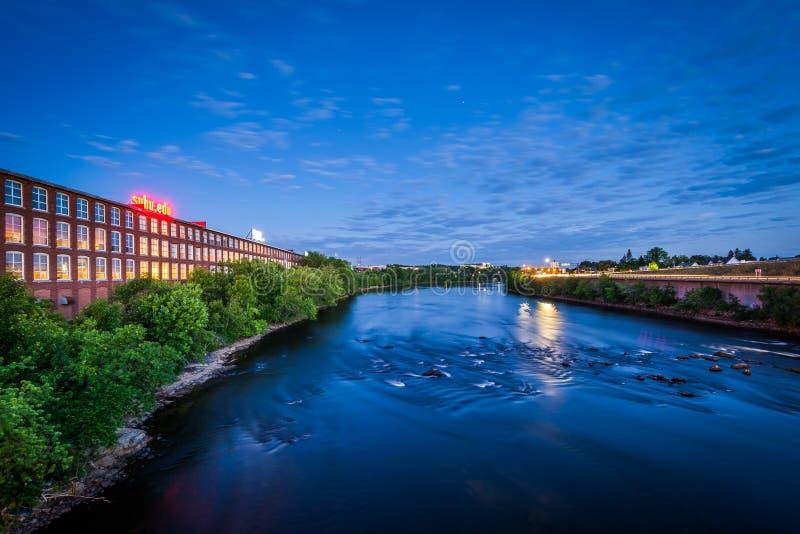 Merrimack rzeka przy nocą, w w centrum Machester, Nowy Hampsh obraz royalty free