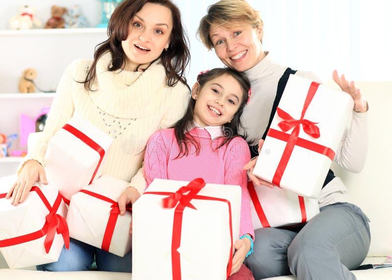 Merry company con i regali a casa che sorride e che guarda for Casa e regali