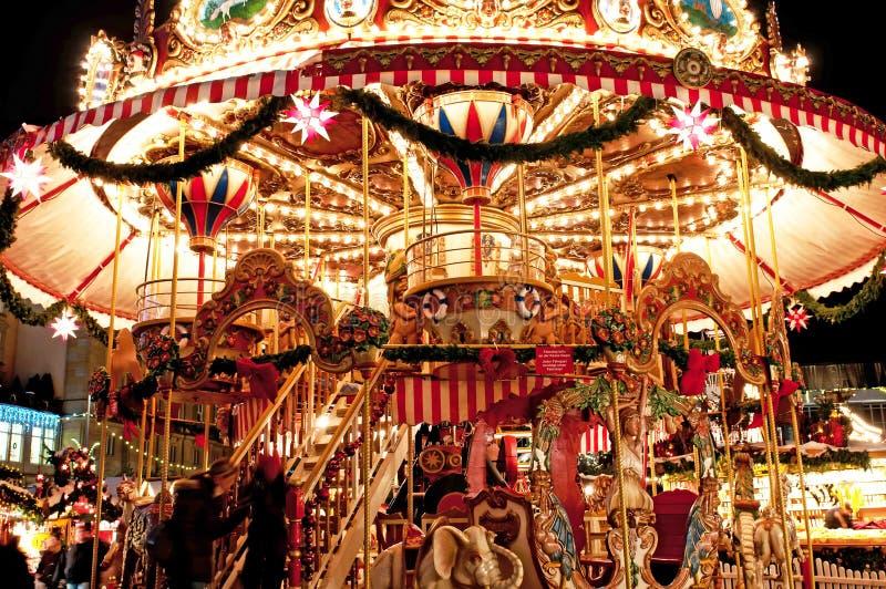 Merry-go-round das crianças no mercado do Natal fotografia de stock royalty free