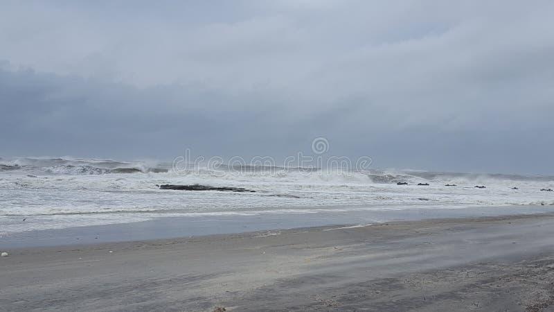 Mers agitées pendant la tempête à la plage photos libres de droits