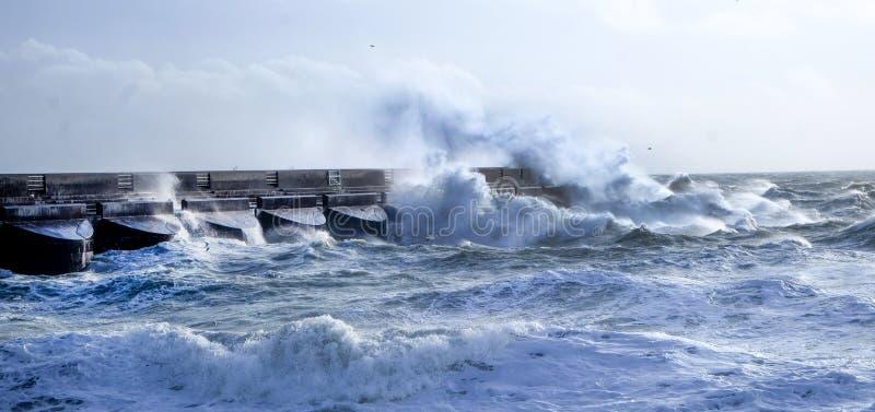 Mers agitées se brisant contre le mur de habour de marina de Brighton, R-U images libres de droits