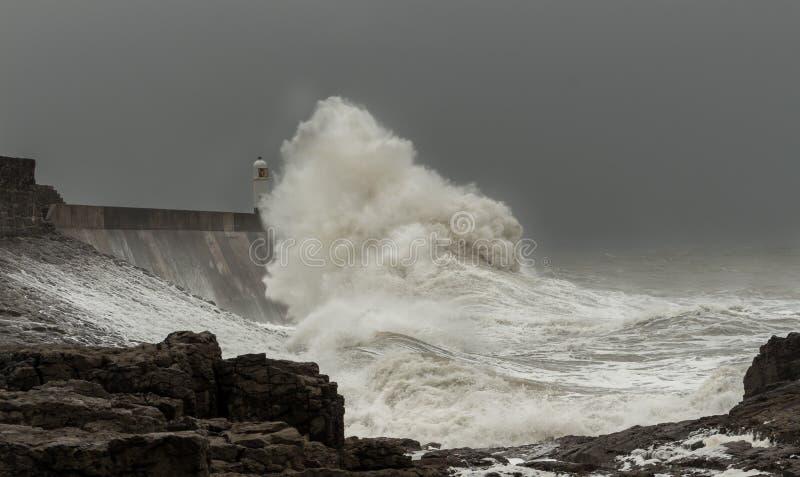 Mers orageuses battant une maison de loght photographie stock libre de droits