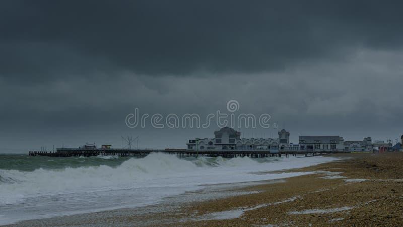 Mers orageuses, vitesse de volet lente et jetée de Southsea, Hampshire, R-U photos stock