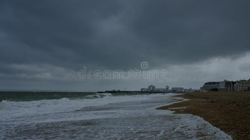 Mers orageuses, vitesse de volet lente et jetée de Southsea, Hampshire, R-U photos libres de droits