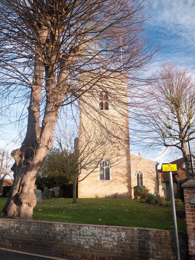 Mersea ad ovest del vecchio della chiesa della pietra albero inglese della parte anteriore fotografia stock libera da diritti