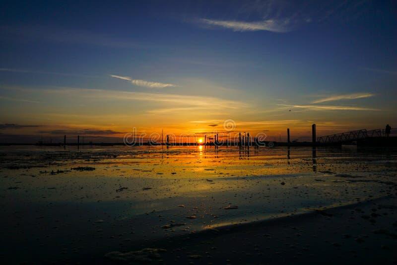 Mersea-Insel im Essex-Frühlingssonnenuntergang lizenzfreie stockfotos