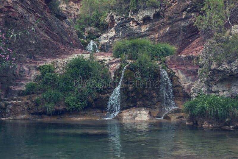 Merveilles de nature avec des cascades images stock