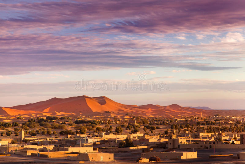 Merzouga bei Sonnenuntergang stockbild